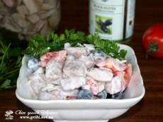 Салат з солених груздів з оливками (Салат с соленых груздей с оливками)